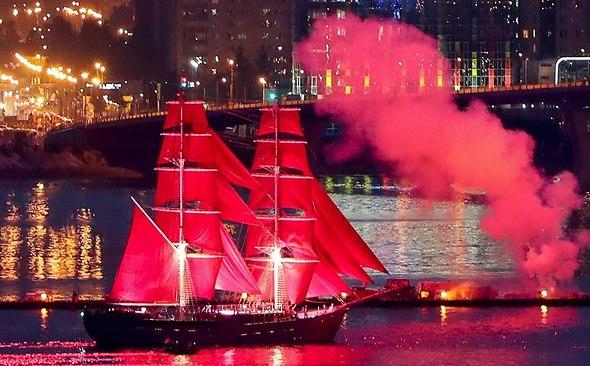 Проход по Неве корабля с алыми парусами завершил праздник выпускников